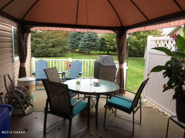 Blom patio