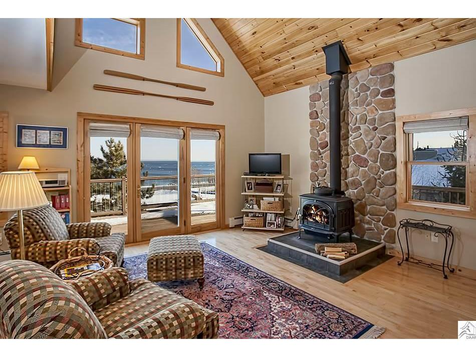 Cozy Woodburning stove, vaulted ceiling , and floor to ceiling windows!