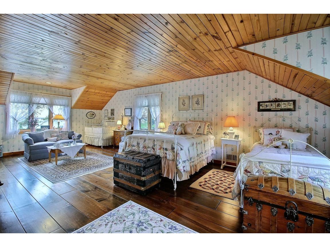 upstairs_bedroom1_0010