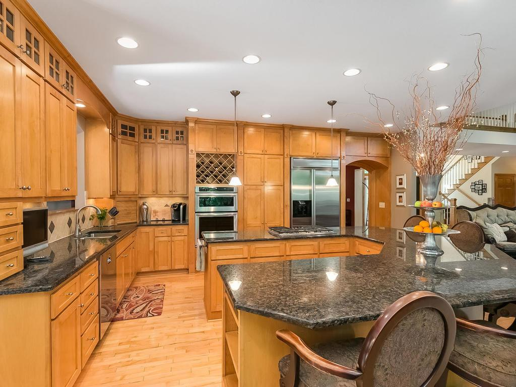 Gourmet kitchen with u-shaped breakfast-bar eat-in (with cooktop) that will comfortably seat six.