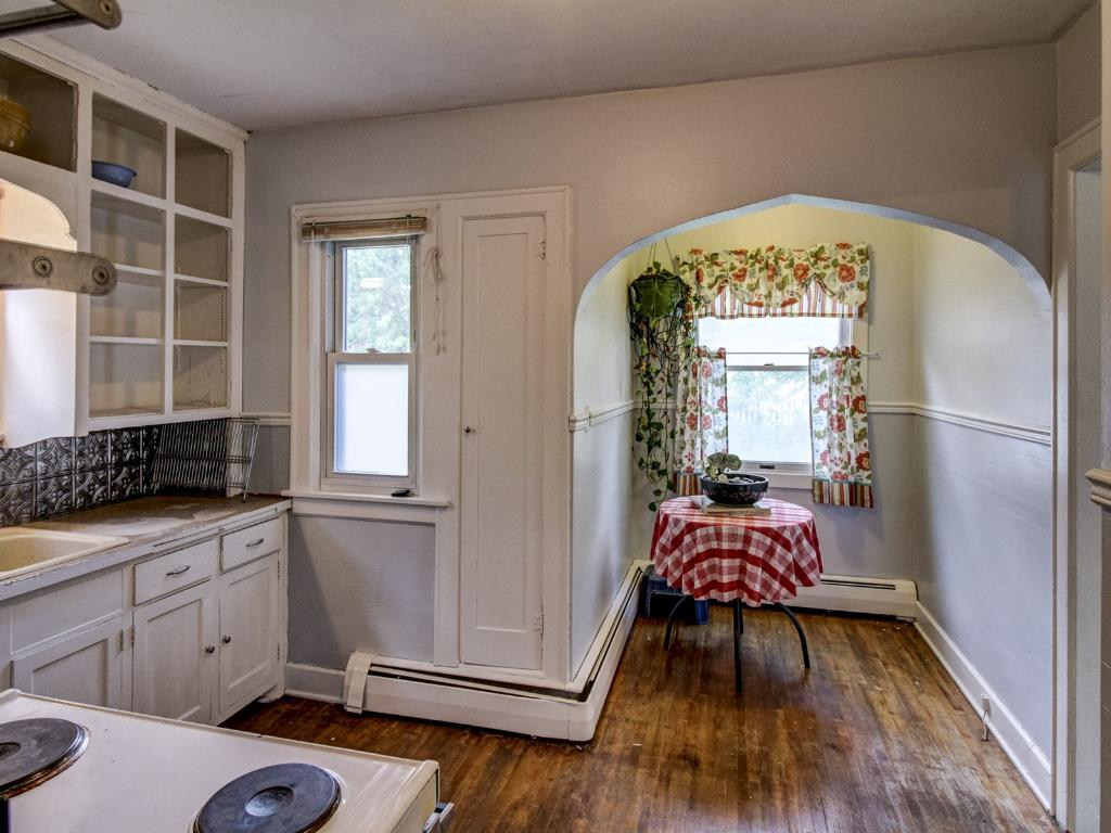 The kitchen also has it's own breakfast nook