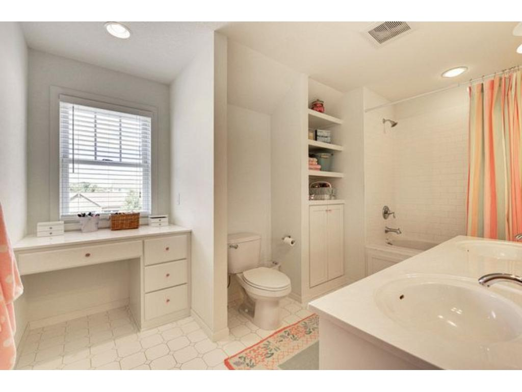 Large full bathroom up to serve the kids bedrooms