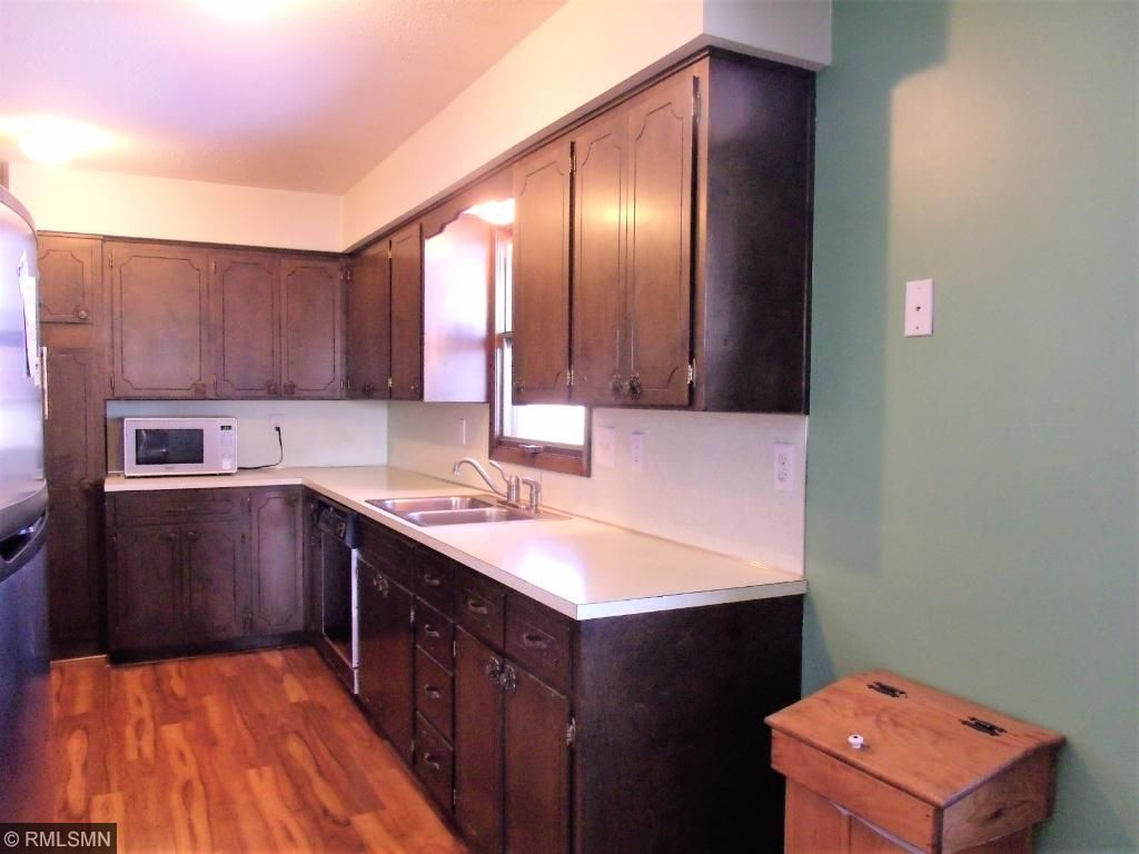Well-appointed kitchen features nice cabinetry.....