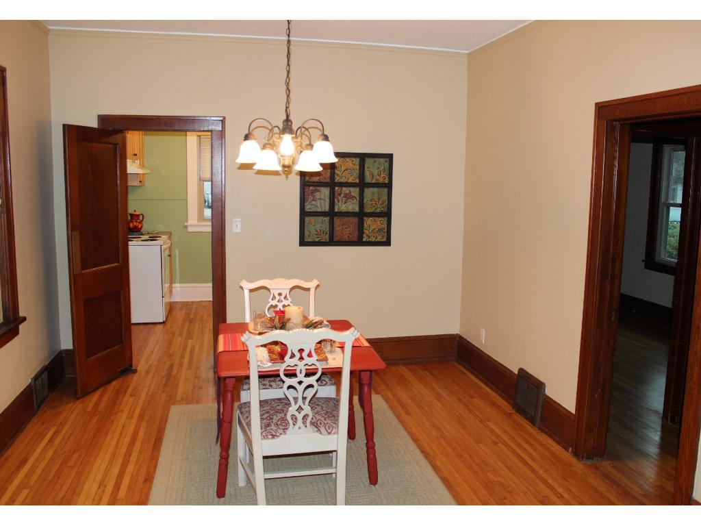 Dining area w/hardwood floors