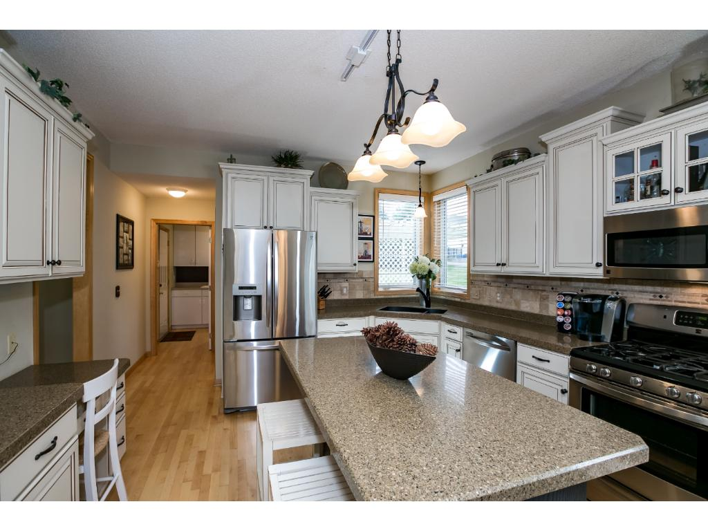 Beau Welcome Home To A Bright And Open Kitchen W/white Cabinets U0026 (just  Refinished