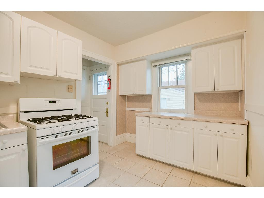 Also featuring wonderful ceramic tile flooring in the kitchen!