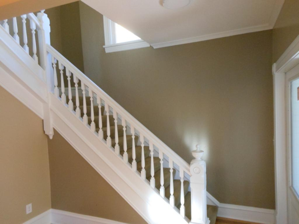 Glorious stairway to upper level.