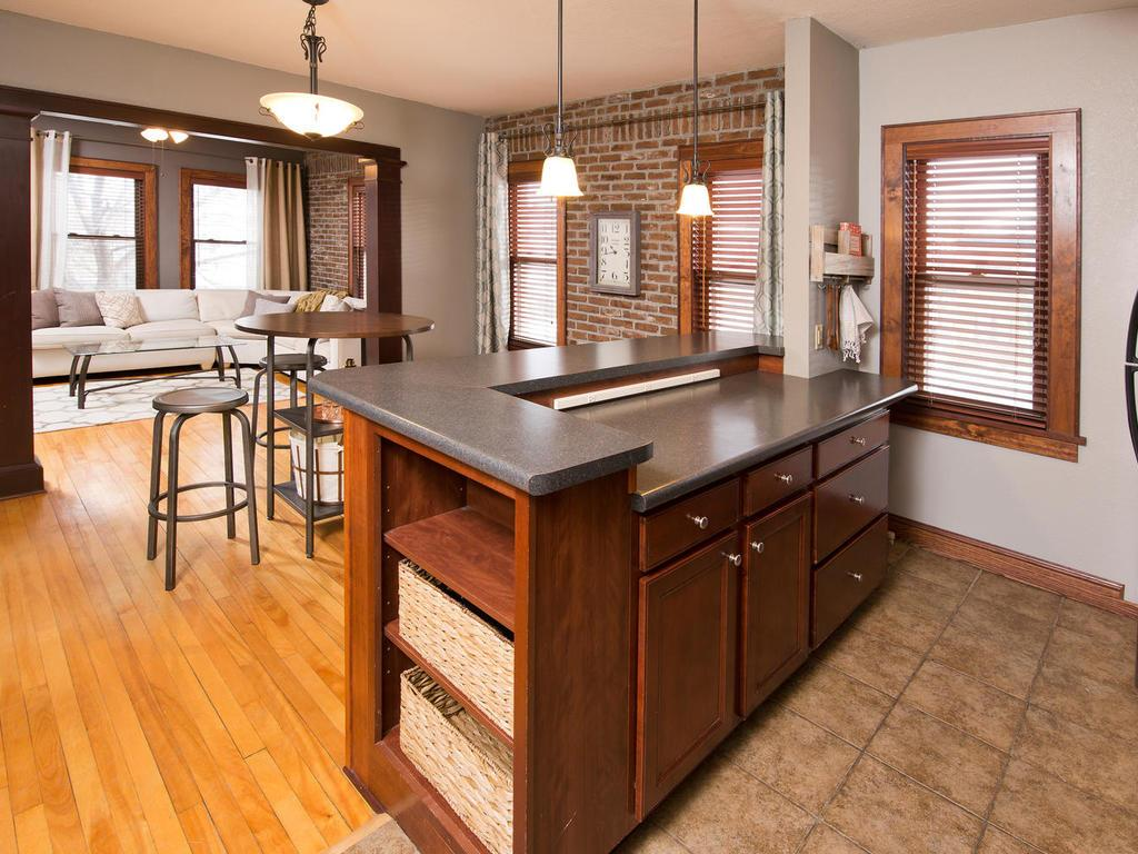 1812 clinton avenue 200 minneapolis mn 55404 mls 4784493 beautiful finishes and style throughout wood and tile floors brick walls large windows aloadofball Gallery