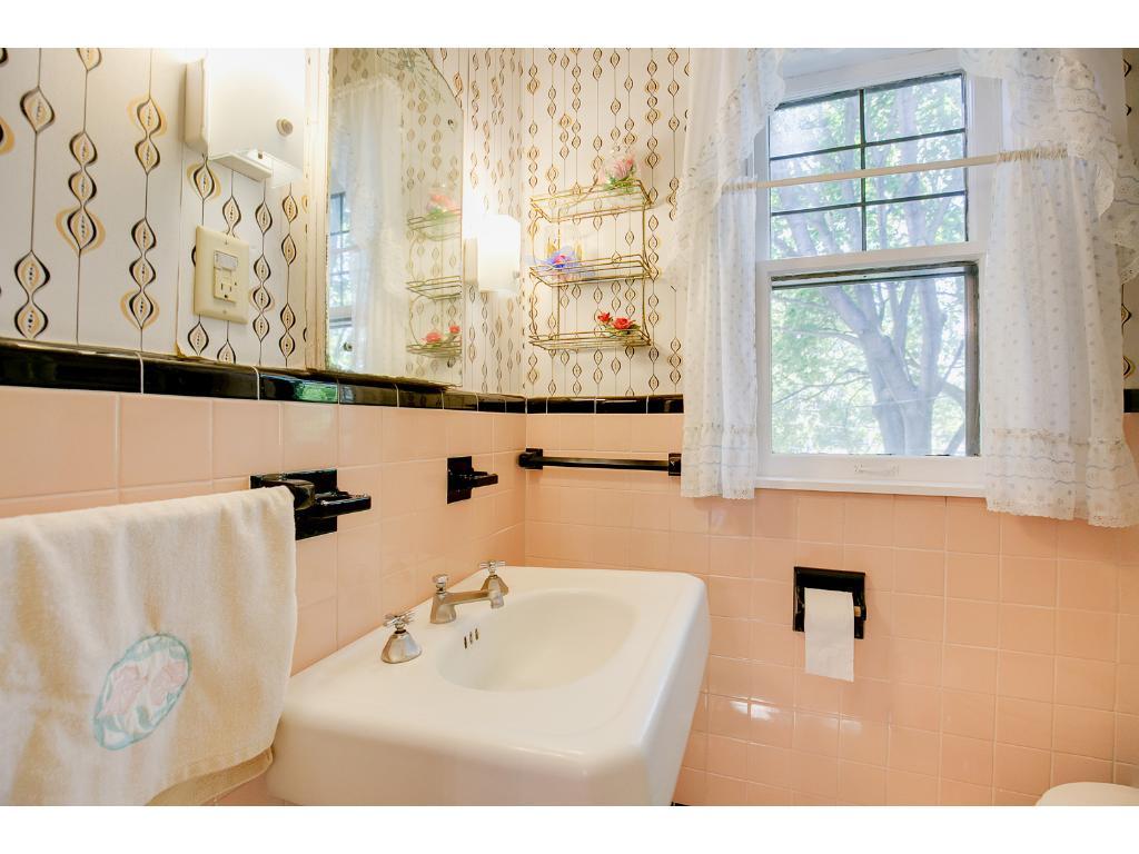 Upper level full bath!