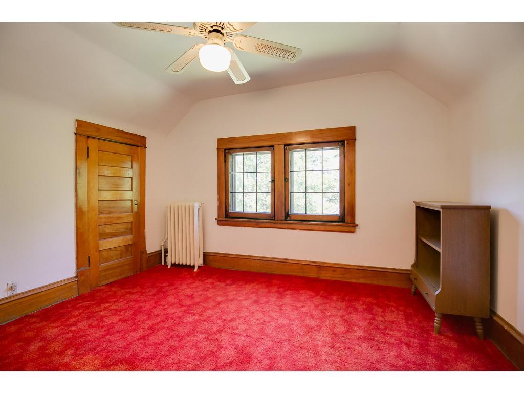 Huge third floor with additional bedrooms / storage!