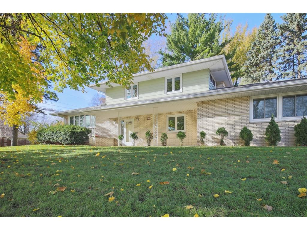 Wonderful 3 Bed/3Bath Multi-level home in great Roseville location!