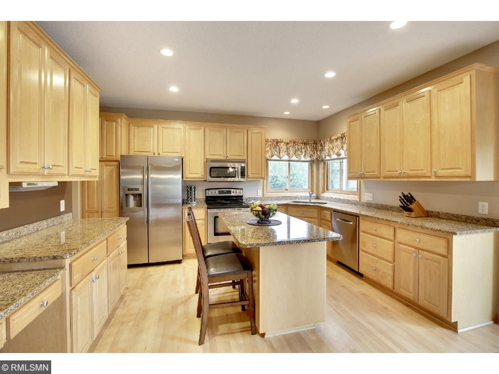 Enjoy entertaining the holidays here!!  Can you imagine.... so much space and a gorgeous setting.