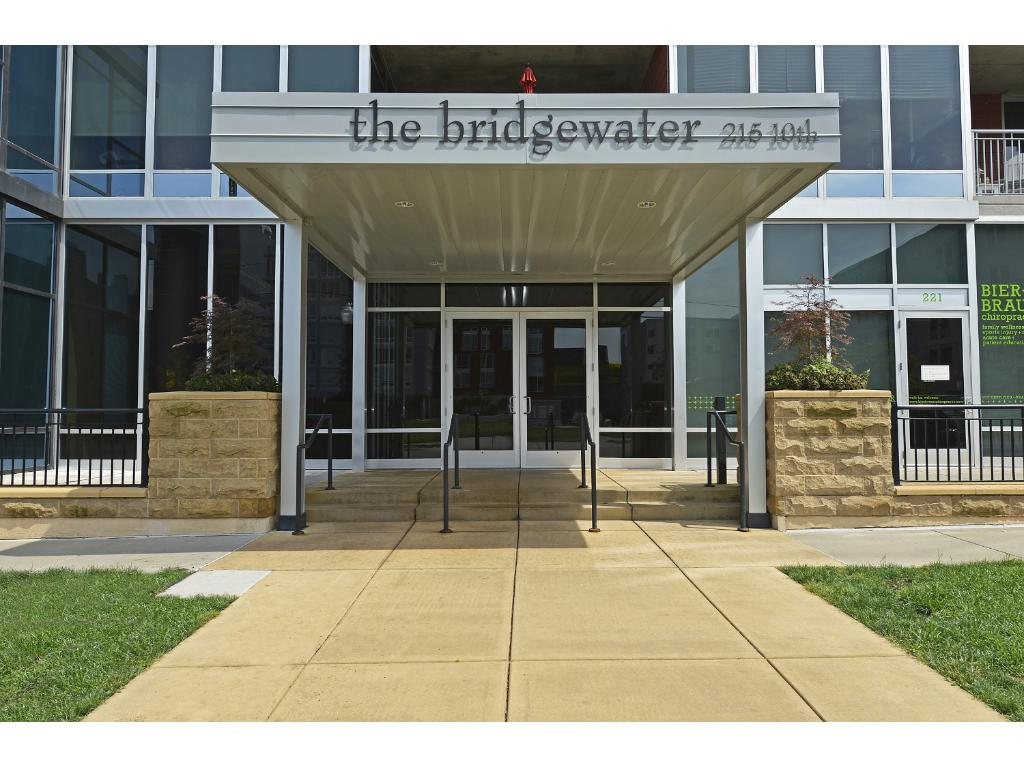 Fabulous Bridgewater condominium near Guthrie, USBank Stadium, restaurants of every style.
