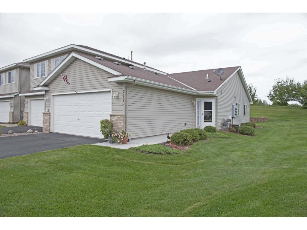 One level living in this well maintained townhome in Cambridge!