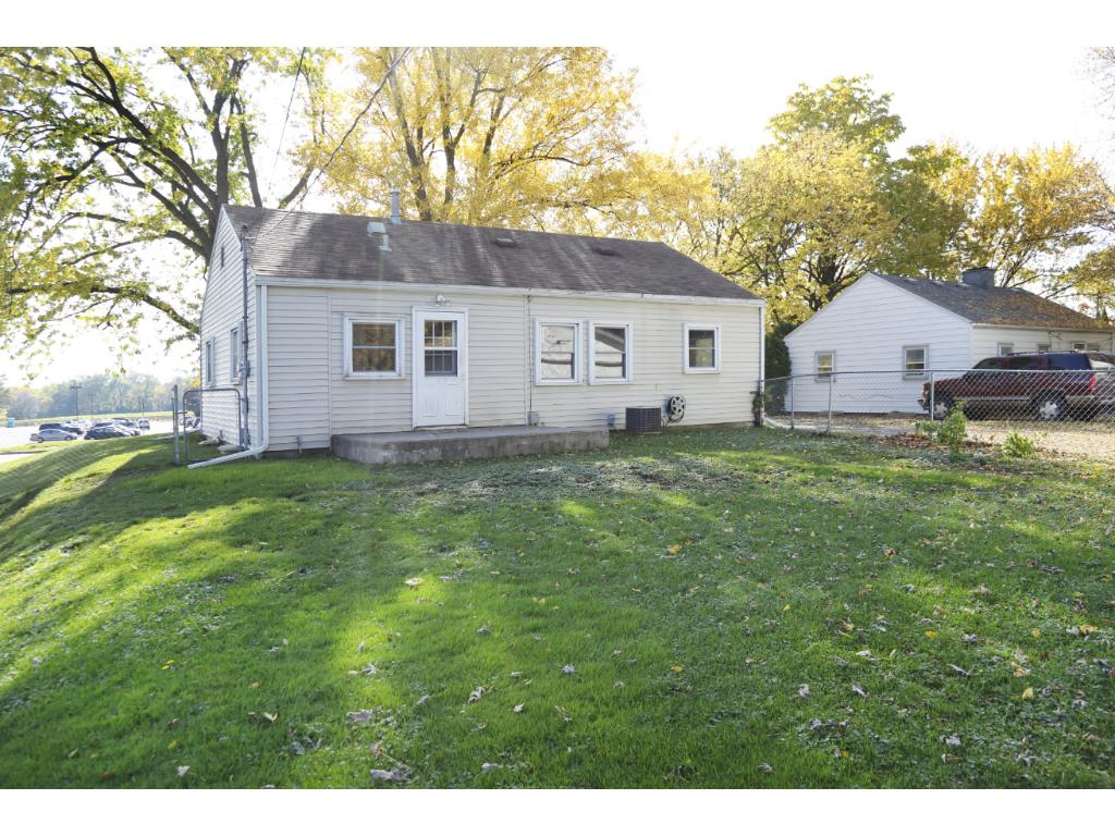 Great location close to schools, dining, shopping and freeway access.