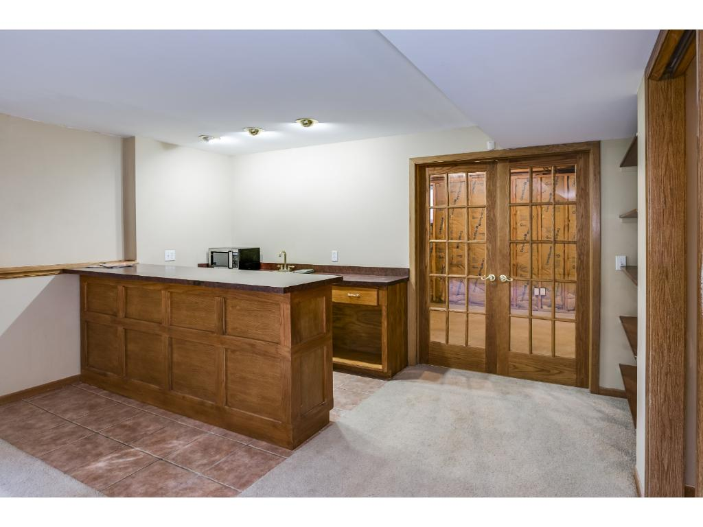 Custom Wet Bar alongside great room with 2nd gas fireplace...great for entertaining!