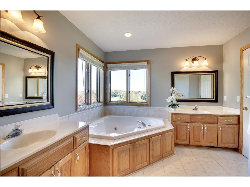 Master bathroom with 2 sinks, Jacuzzi and walk in shower