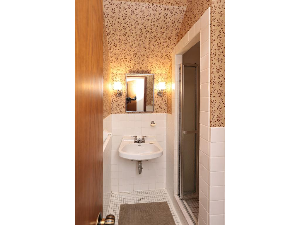 3rd floor 3/ 4 bath - great for au pair or family member