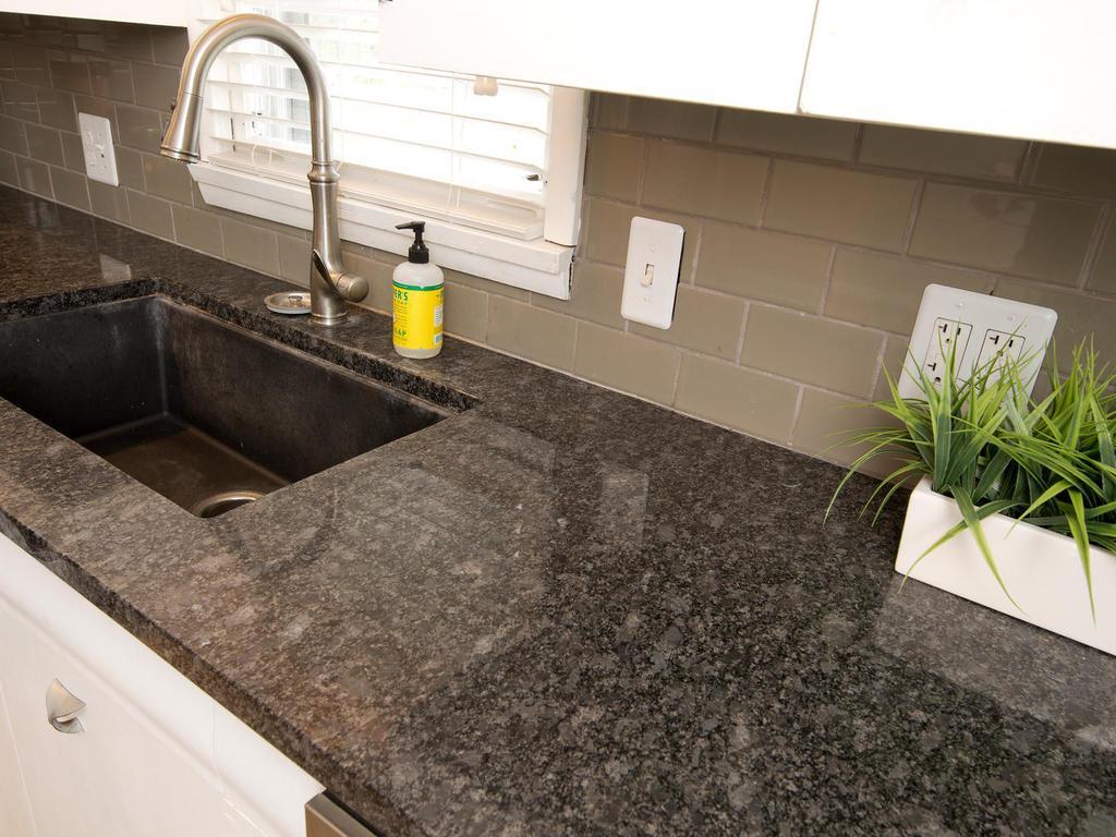 New tile back splash & granite counters