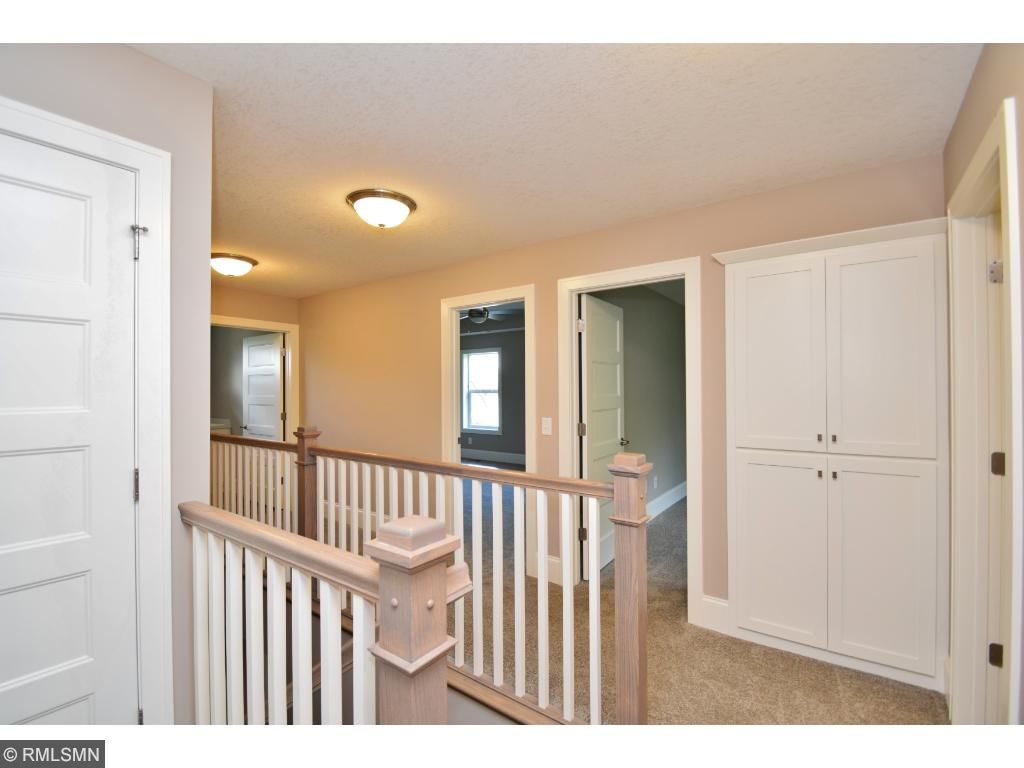 Upper hall w/detailed railing & large linen!