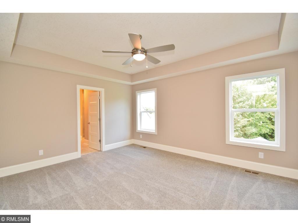 Large owners en-suite w/ceiling fan!