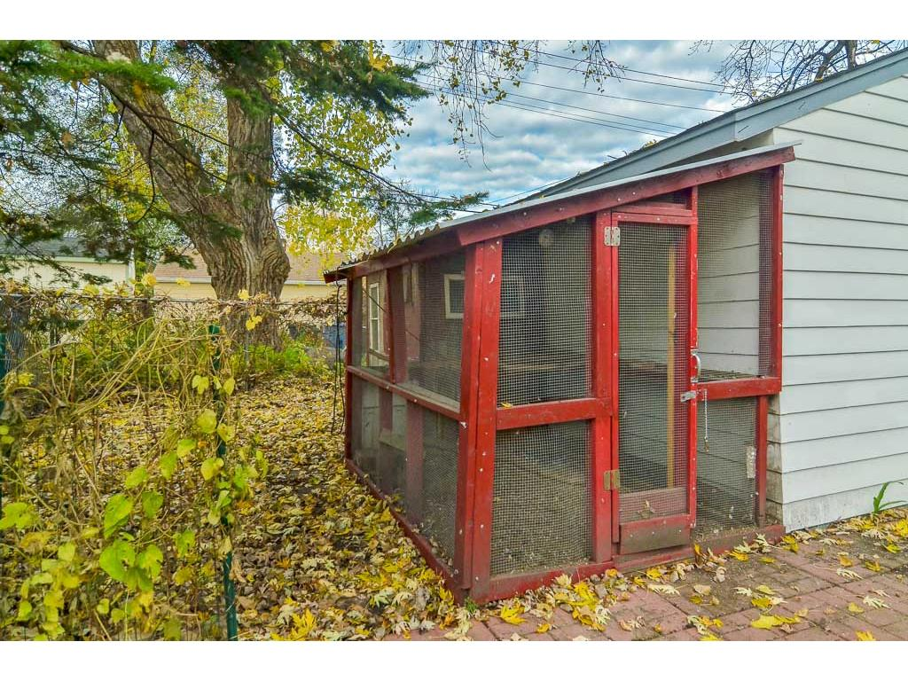 Chicken coop ready for new tenants!  If new buyer wishes, Seller will remove.