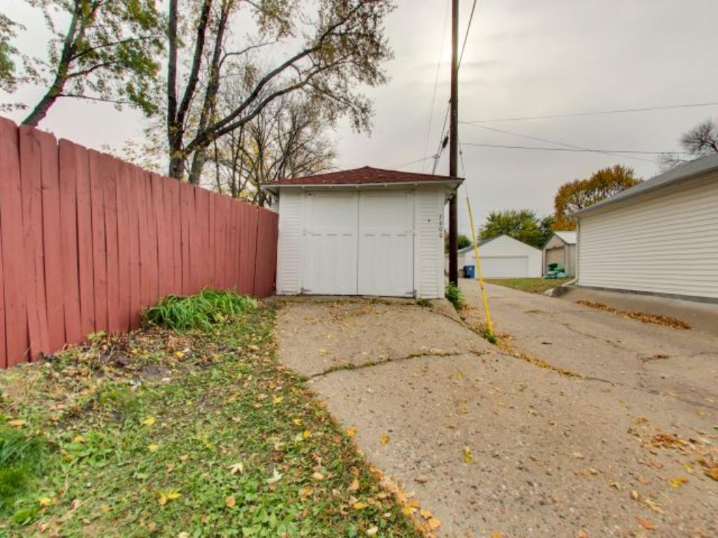 Single garage with new doors and easy access to the alleyway.