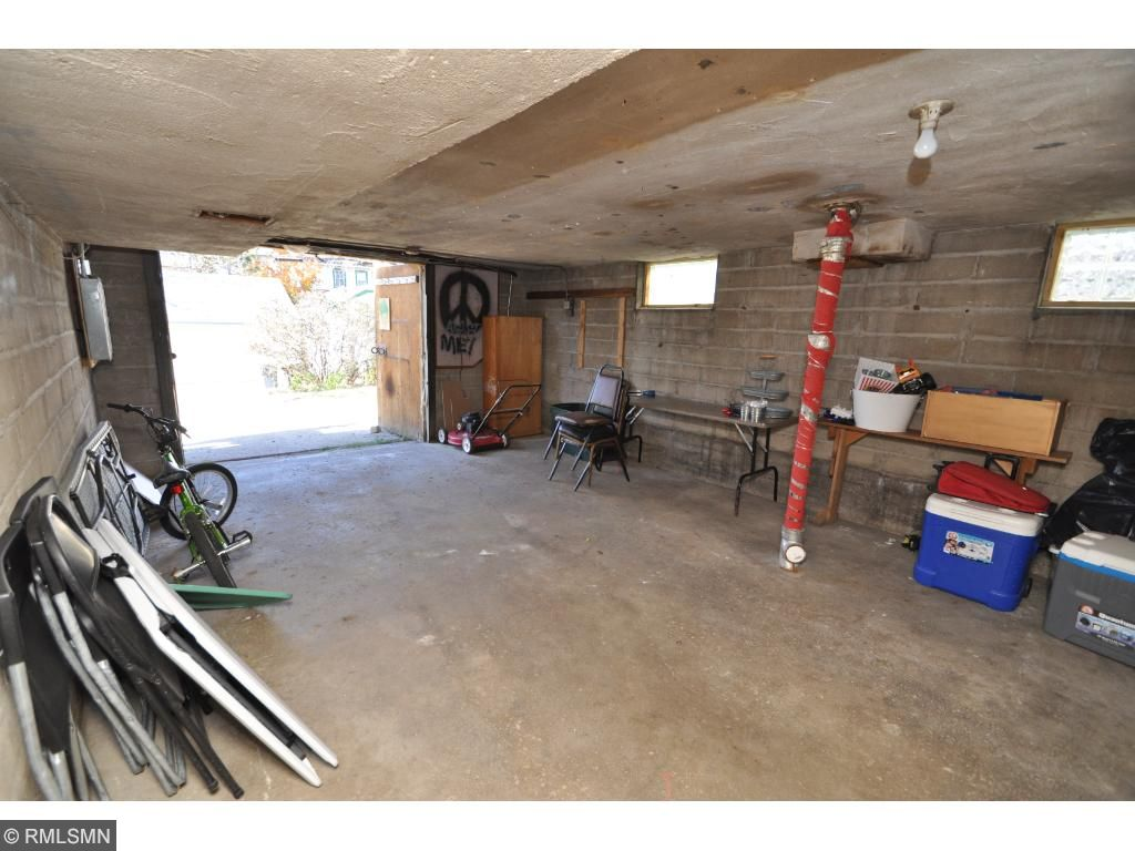 Large 1 car garage with extra storage space or for workshop / hobbies