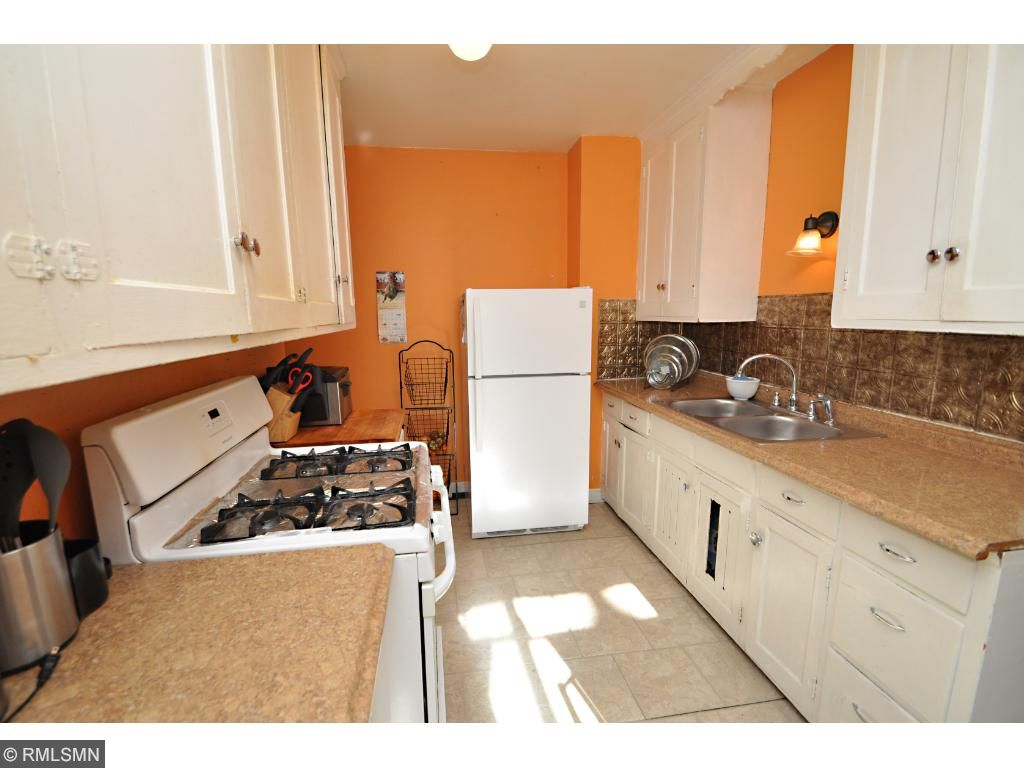 Clean galley style kitchens with gas cooking!