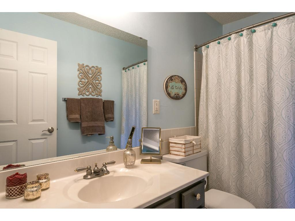 A full 2nd bath makes it easy to have a roommate or have someone stay with you for a weekend.