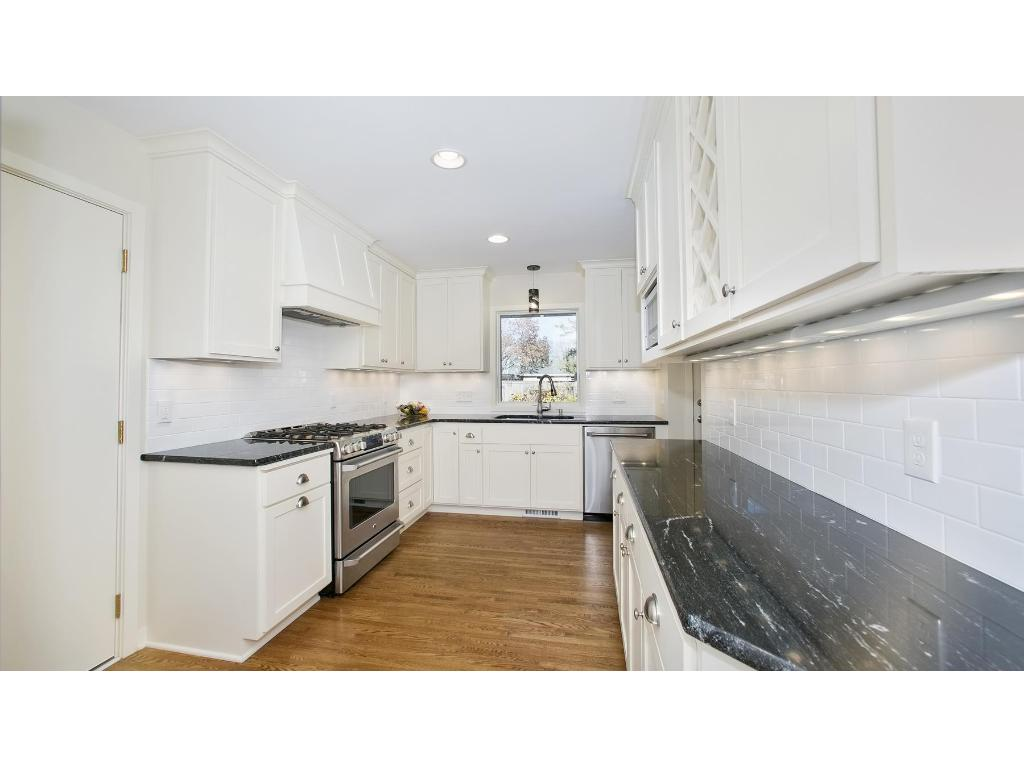 Custom kitchen with soft close drawers, new appliances and great lighting!!