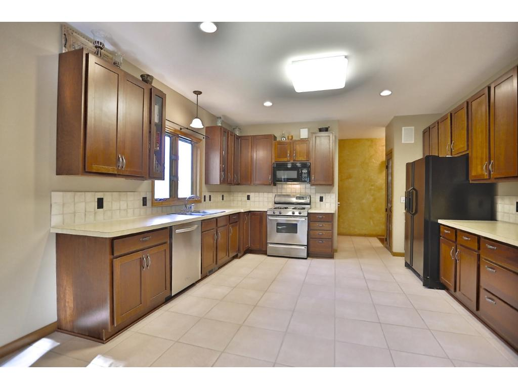 Nice kitchen with lot's on space.