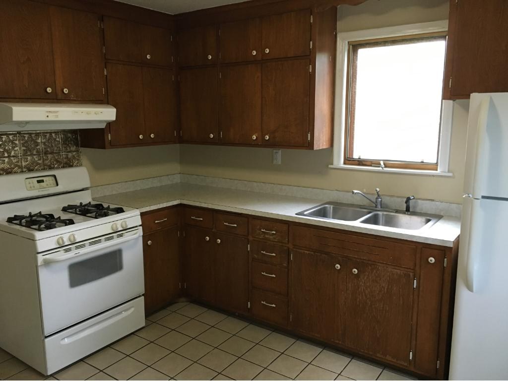 11x11 Kitchen has newer appliances.