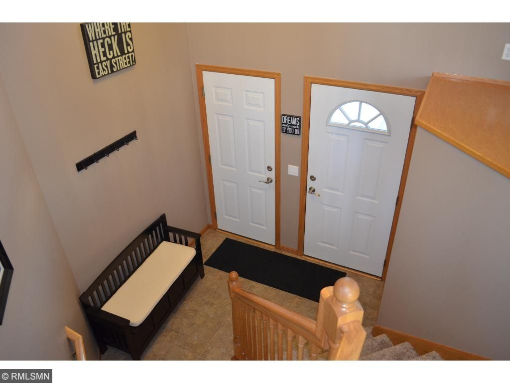 Large foyer (no tripping over eachother)!