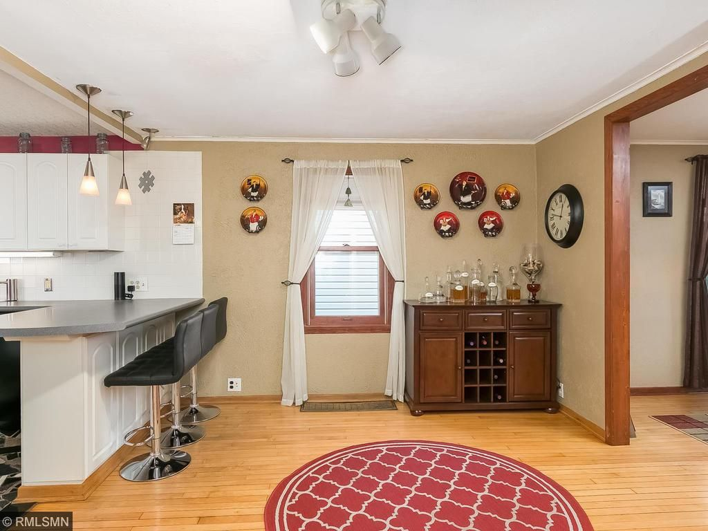 Open floor plans like this are not easy to find in 1920s homes!