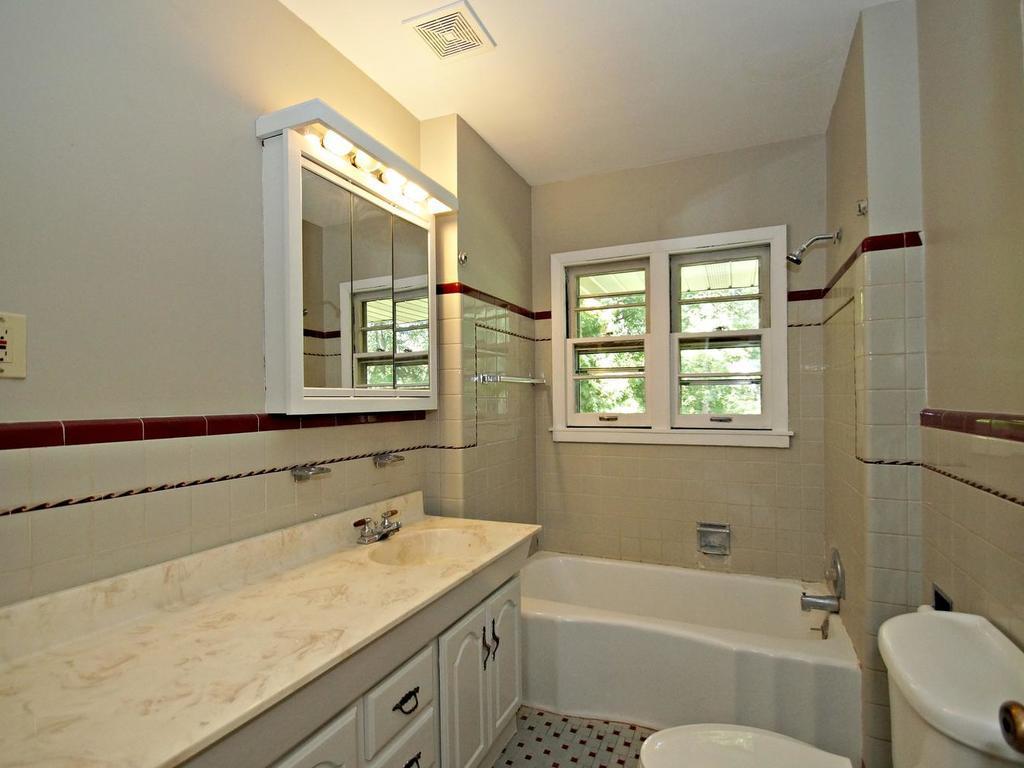 Main floor full tiled bath.