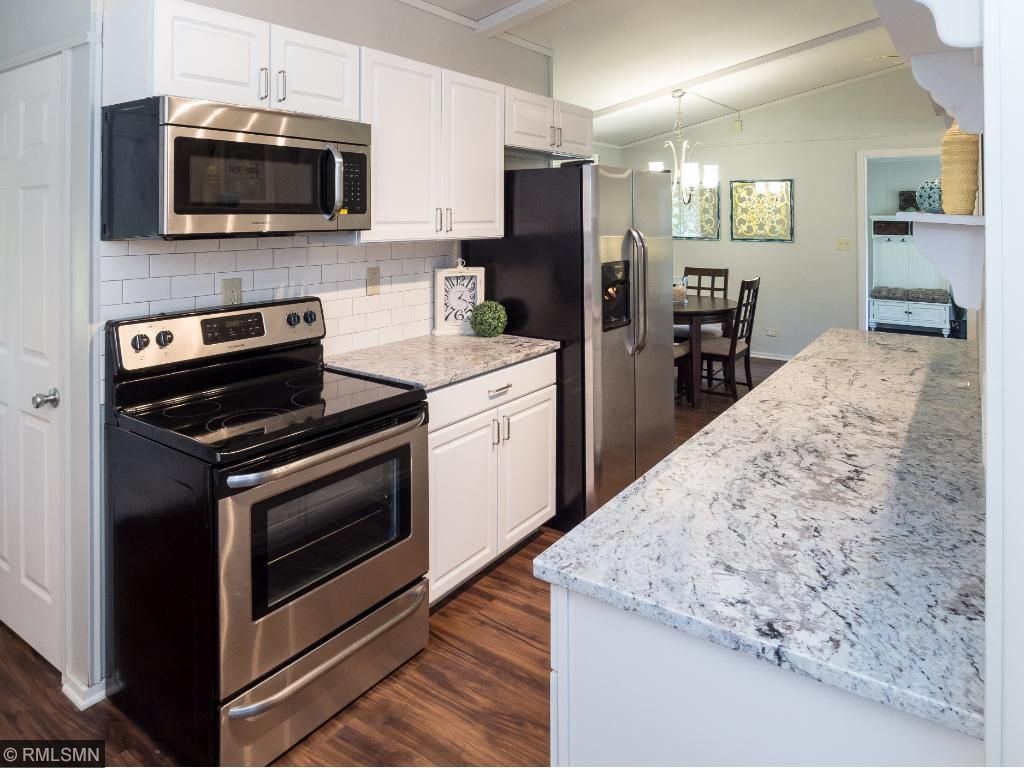 Beautiful kitchen with all new appliances, cabinets and granite coutertops!