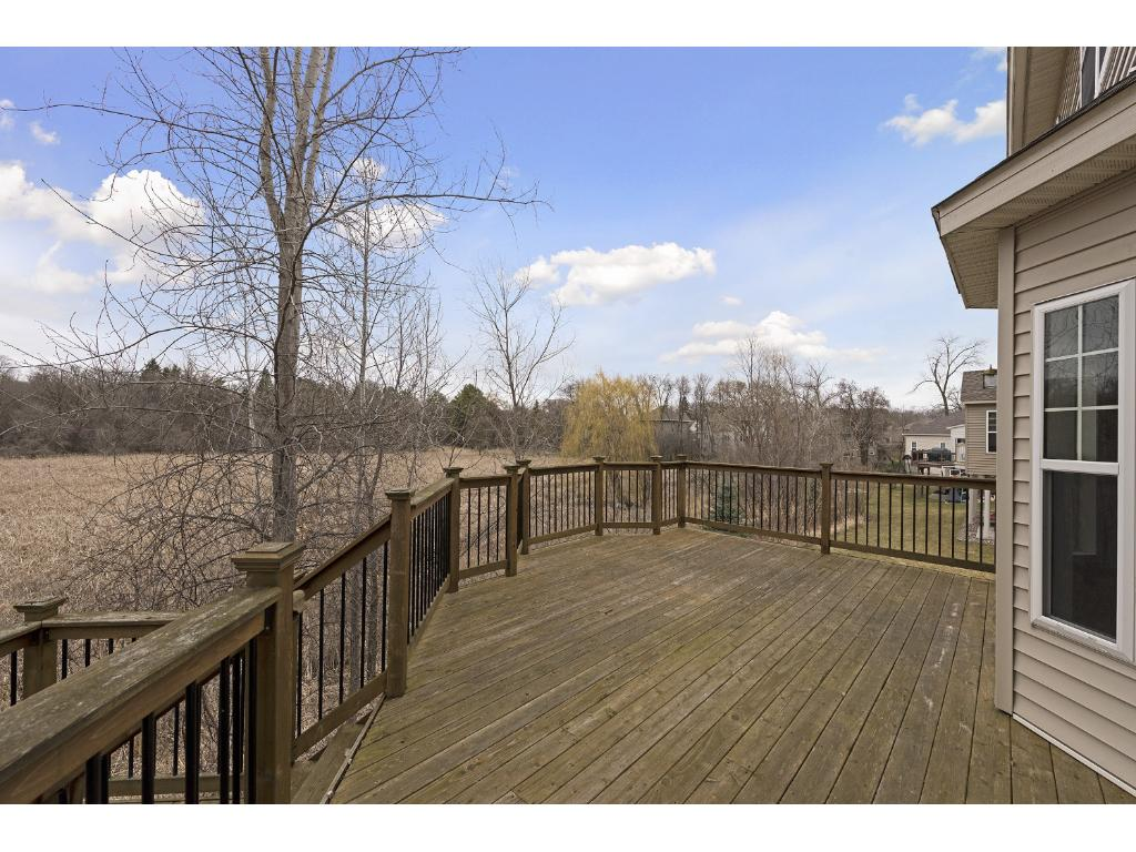 Oversized deck with tons of privacy!
