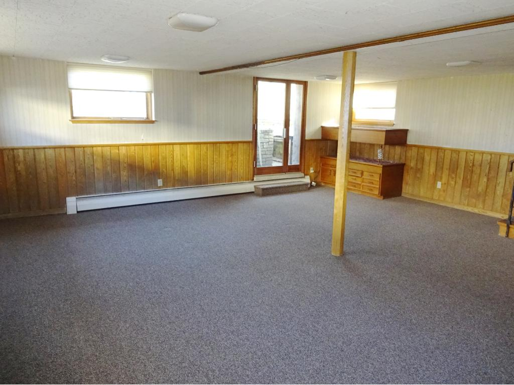 Wonderful 400+ square foot amusement room with full daylight windows ideal billiard/game room.   Entertainment level.