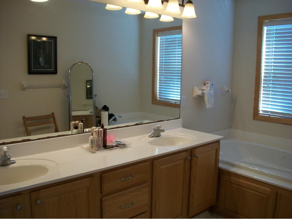 Master Bath w. double sinks and jetted tub.
