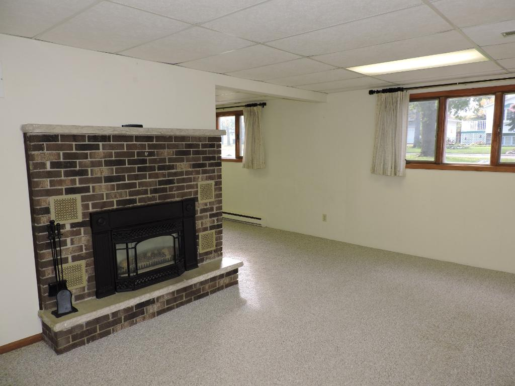 Lower level family room w/gas fireplace.