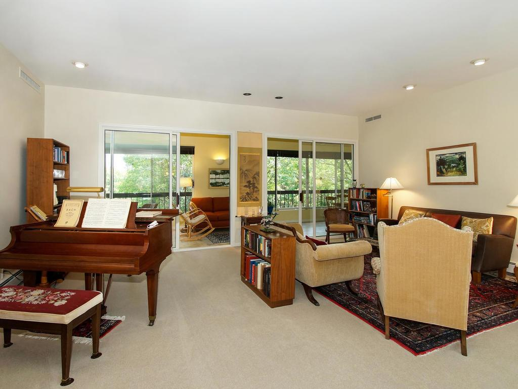 Grand piano sized living room, plenty of space for entertaining family and friends.