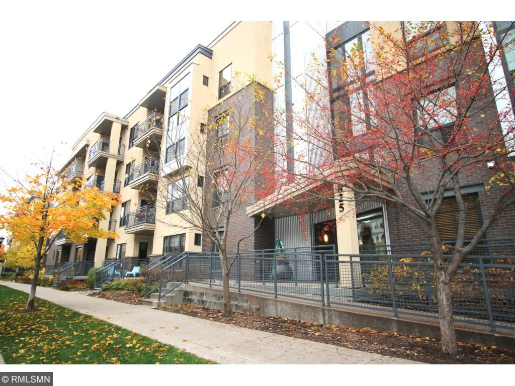 825 Berry St #106 in convenient location with easy access to Light Rail and both downtowns!