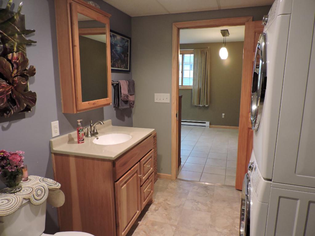 Lower level 3/4 bathroom w/laundry