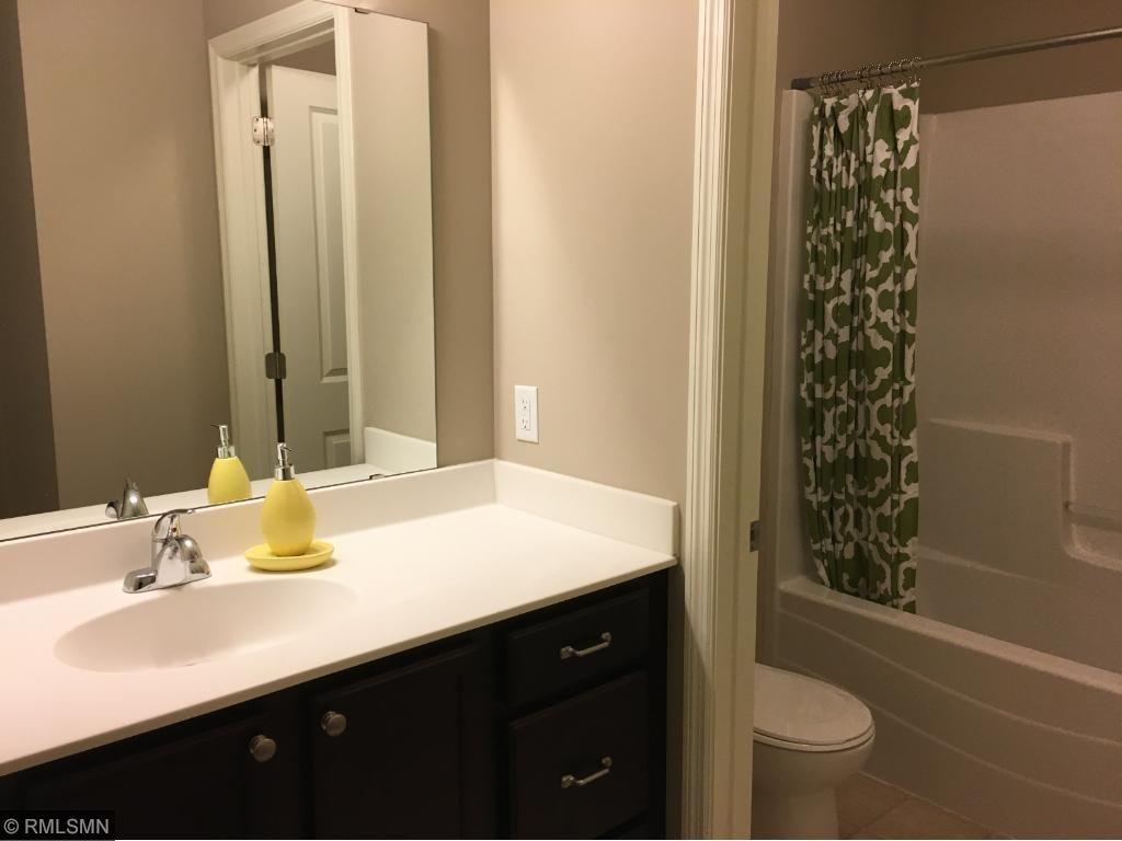 Spacious Hall/Full Bathroom