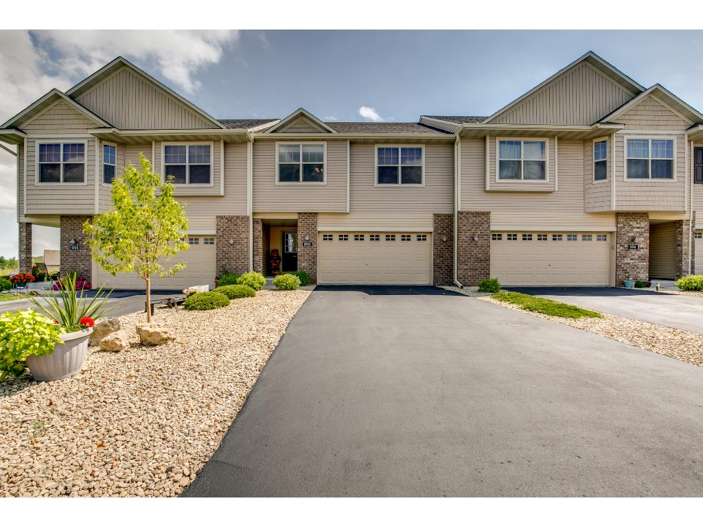 Beautifully maintained townhome in the Boulder point Golf course community!